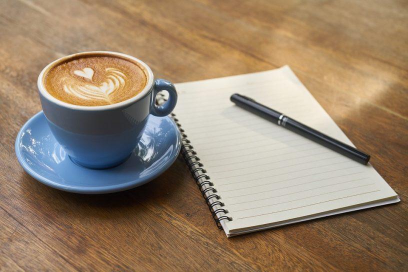 Kladblok pen en koffie